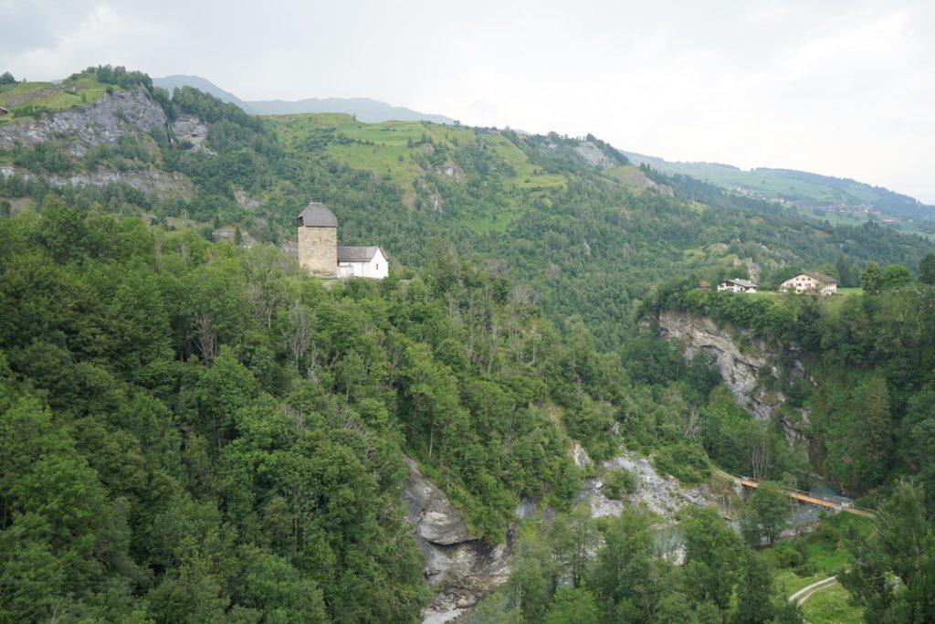 Sogn Luregn und Brücke über den Valser Rhein