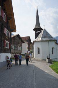 Kapelle Sogn Carli und alte Häuser in Uors