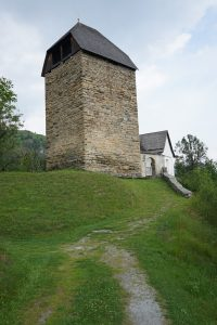 Mächtiger Turm der Kirche Sogn Luregn