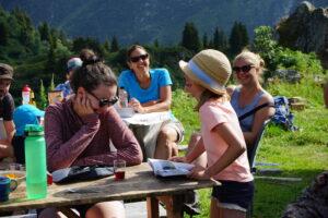 Wanderer verbringen gemütliche Zeit auf der Alp Russein