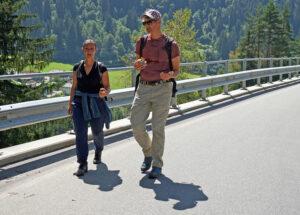 Wanderer unterwegs in der Surselva