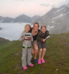 Junge Wanderinnen am Berg